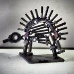 Une petite sculpture de boulons formant un hérisson