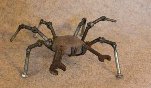 Sculpture d'un petit crabe en pierre et métal recyclé