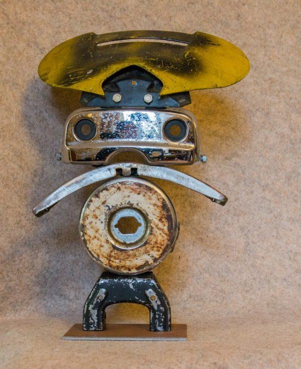 Donnez de l'originalité à votre intérieur avec cette figurine en métal 'Monsieur Yellow'