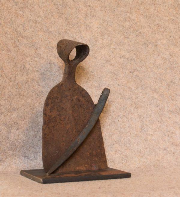 Cette sculpture 'Maternité' est née de la récupération de vieux outils rouillés