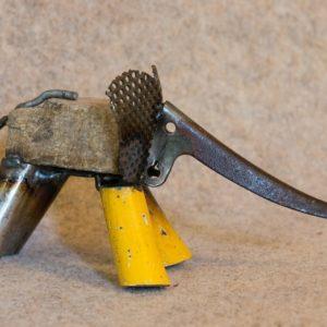 Petite sculpture en métal d'un éléphant jaune, pour une déco originale