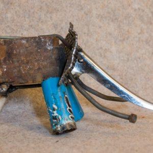 Eléphant en métal rouillé, de couleur bleue. Vue de côté