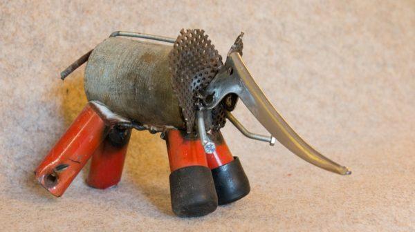 Une petite sculpture d'éléphant rouge en métal de récupération