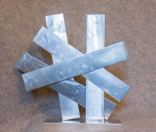 Une sculpture abstraite en aluminium pour une décoration très tendance - vue de face