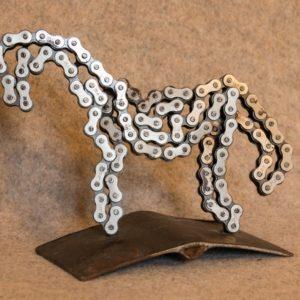 Le recyclage d'une chaîne de vélo en sculpture d'un petit cheval