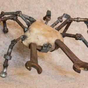 L'art de recycler le métal en le transformant en petit crabe