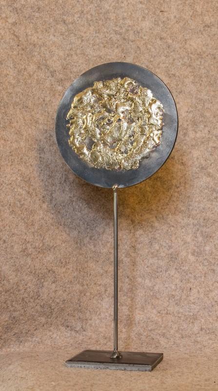 Un objet déco en métal recyclé que j'ai appelé Soleil Soleil le 3ème de ma série, vue de face