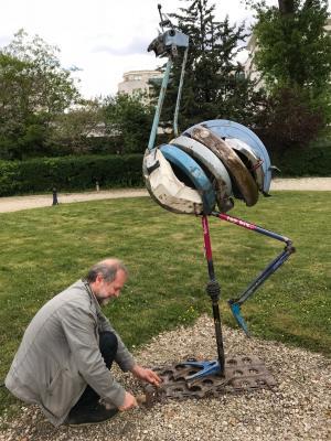 Le sculpteur Nicolas CROZIER présentant son Autruche lors du salon l'animal en monument 2 à Maisons Alfort