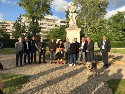 Accueil des artistes par les organisateurs de l'Animal en monument
